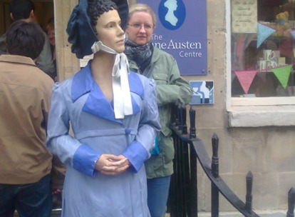 Przed Jane Austen Centre w Bath
